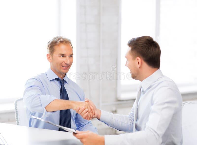 Biznesmeni trząść ręki w biurze obraz stock