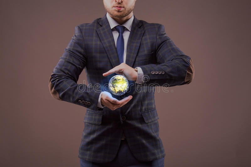 Biznesmeni trzyma modela ziemia obrazy royalty free