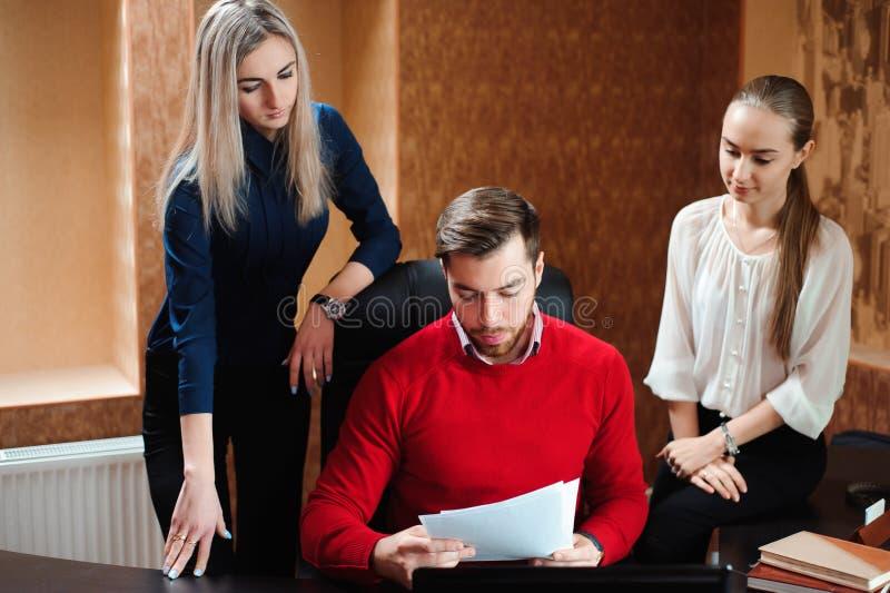 Biznesmeni używa laptop przy konferencyjnego stołu biznesu trenera mienia szkoleniem dla personelu obrazy royalty free