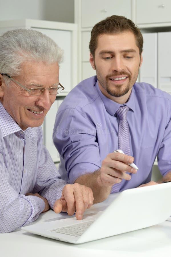 Biznesmeni używa laptop obrazy royalty free