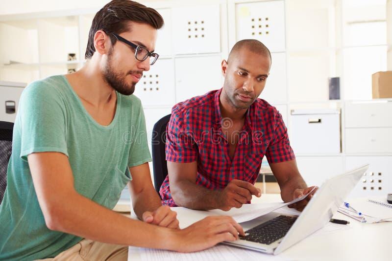 Biznesmeni Używa laptop W biurze Zaczynają Up biznes obraz stock