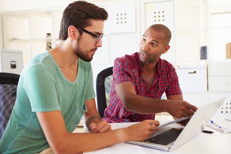 Biznesmeni Używa laptop W biurze Zaczynają Up biznes zdjęcie stock