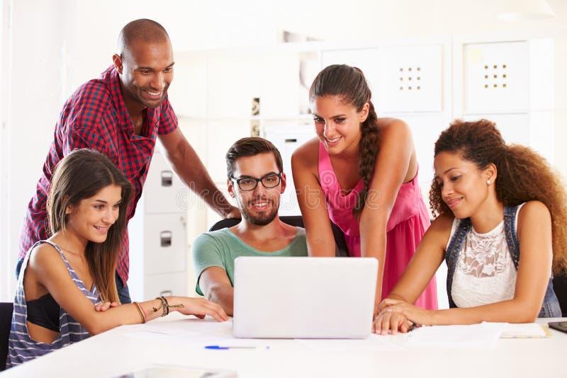 Biznesmeni Używa laptop W biurze Zaczynają Up biznes fotografia royalty free