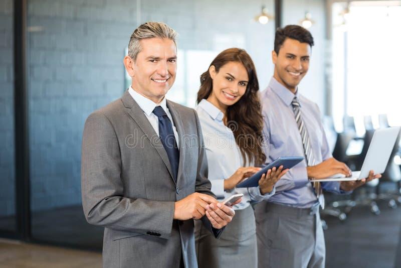 Biznesmeni używa telefon komórkowego, podołek pastylkę, odgórną i cyfrową zdjęcia royalty free