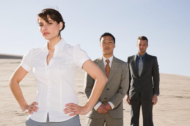 Biznesmeni w pustyni obrazy royalty free