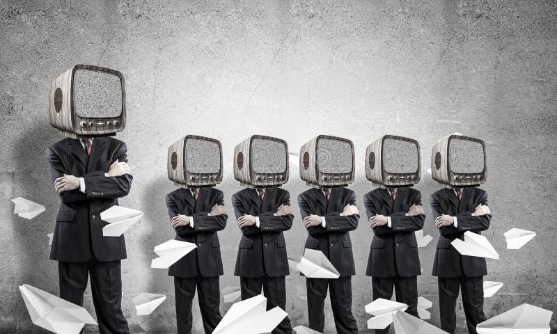 Biznesmeni z starym TV zamiast głowy zdjęcia royalty free