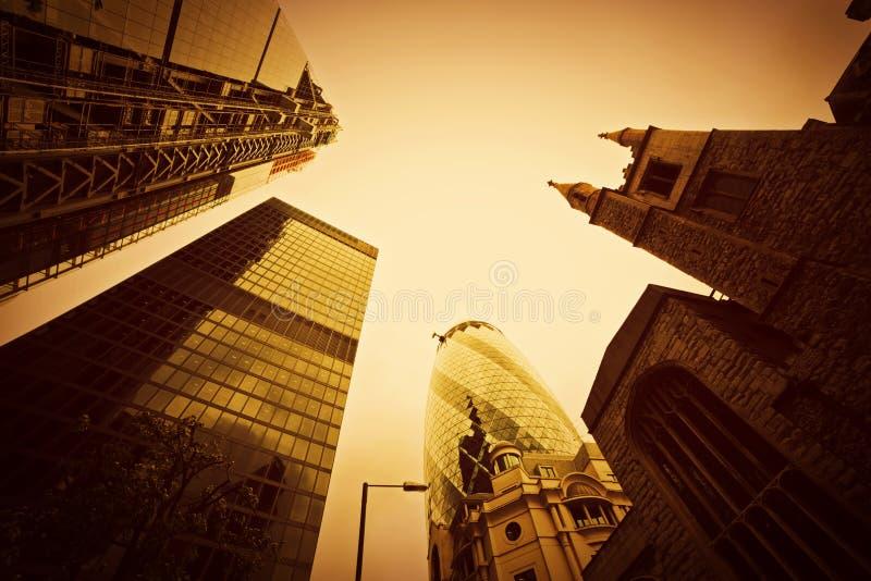 Biznesowa architektura, drapacze chmur w Londyn UK. Złoty odcień zdjęcia royalty free