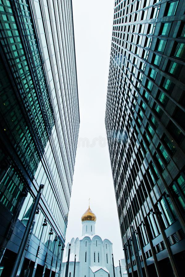 Biznesowa budynek linia horyzontu przyglądająca z niebem i churche up, wieżowowie, nowożytna architektura obraz royalty free