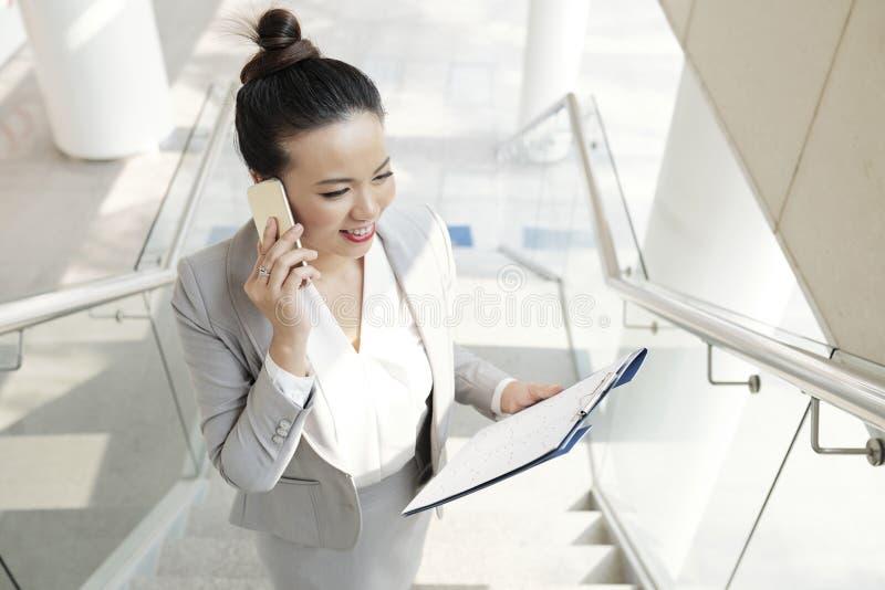Biznesowa dama dzwoni na telefonie zdjęcia stock