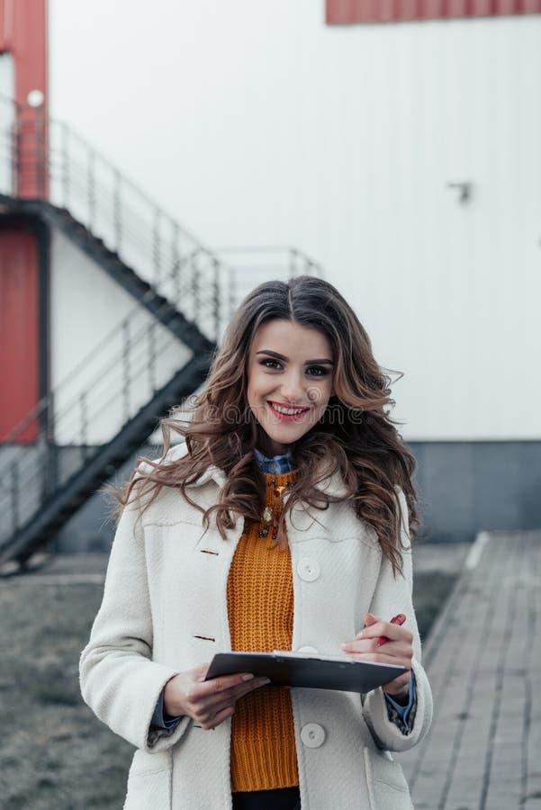 Biznesowa dama z pastylką outdoors piórem i obrazy stock
