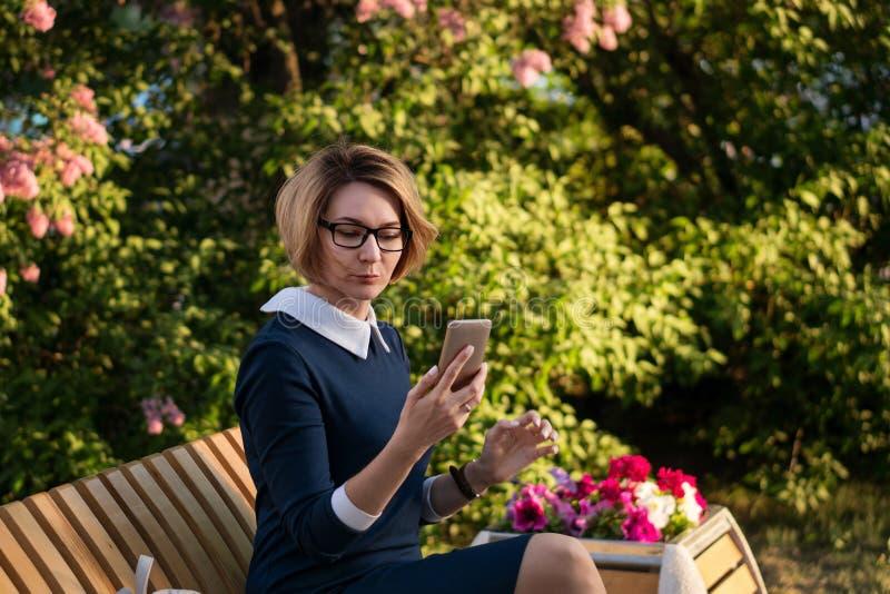 Biznesowa dama z telefonem komórkowym obraz royalty free