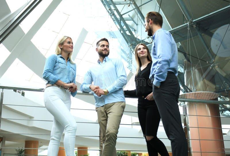 Biznesowa dyskusja Nowożytni ludzie w przypadkowej odzieży ma brainstorm spotkania w kreatywnie biurze podczas gdy stojący zdjęcia royalty free