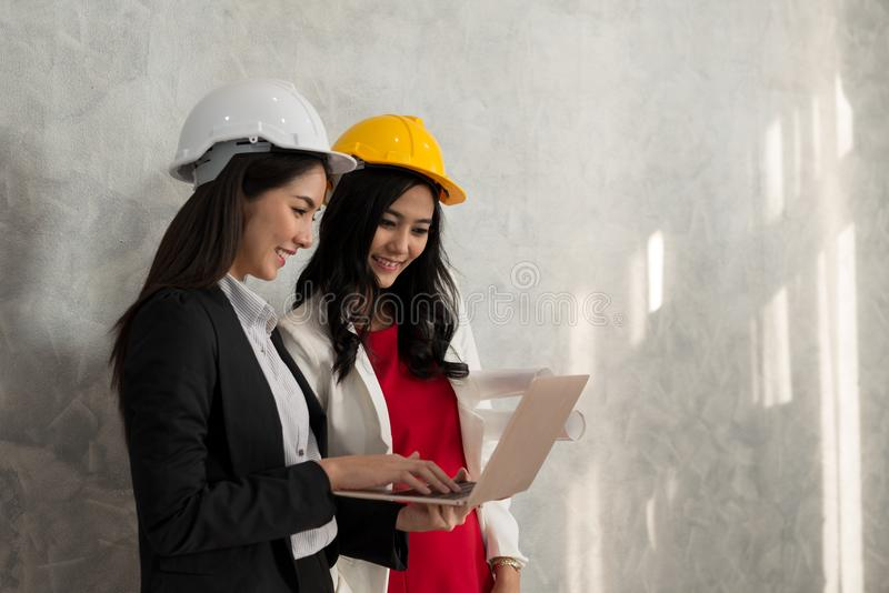 Biznesowa dziewczyna i inżynier z Azjatyckimi ludźmi pracujemy z laptopem ar zdjęcia royalty free