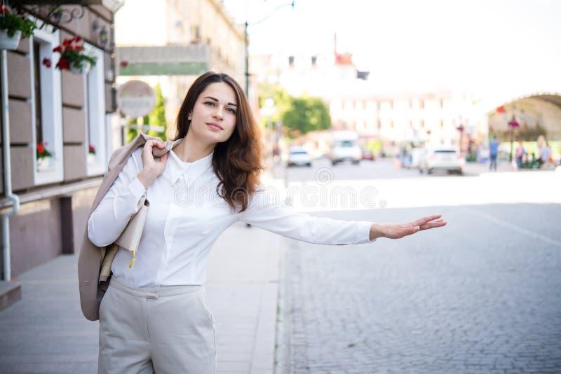 Biznesowa dziewczyna próbuje łapać taxi obraz royalty free