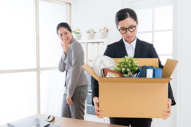 Biznesowa dziewczyna trzyma osobistych należeń pudełko zdjęcie stock