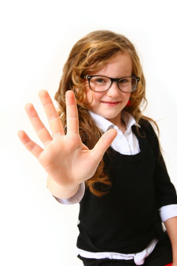 Biznesowa dziewczyna z szkłami robi szyldowi pięć lub cześć zdjęcia royalty free