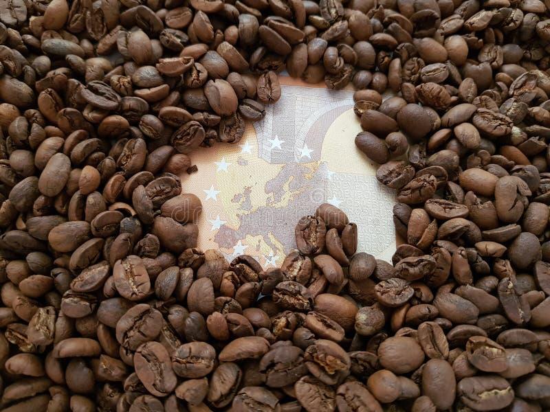 biznesowa kawa, 50 euro rachunek z kawowych fasoli tłem zdjęcia royalty free