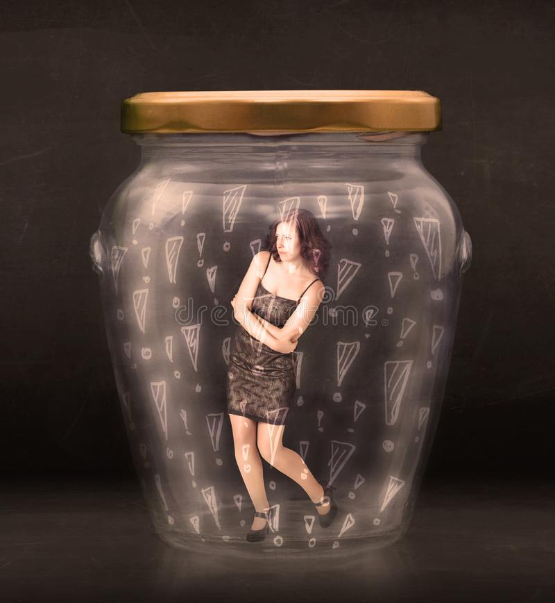 Biznesowa kobieta łapać w pułapkę w słoju z okrzyk ocen pojęciem obrazy royalty free