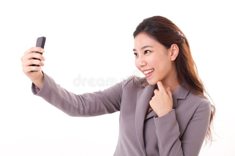 Biznesowa kobieta bierze selfie fotografię z jej mądrze telefonem fotografia stock