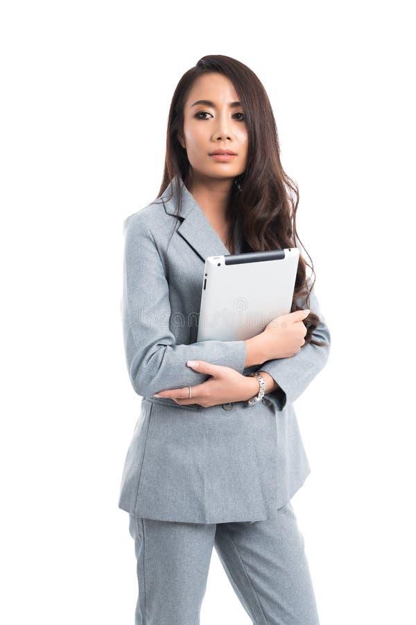 Biznesowa kobieta był ubranym szarość kostiumu pozycję obrazy stock