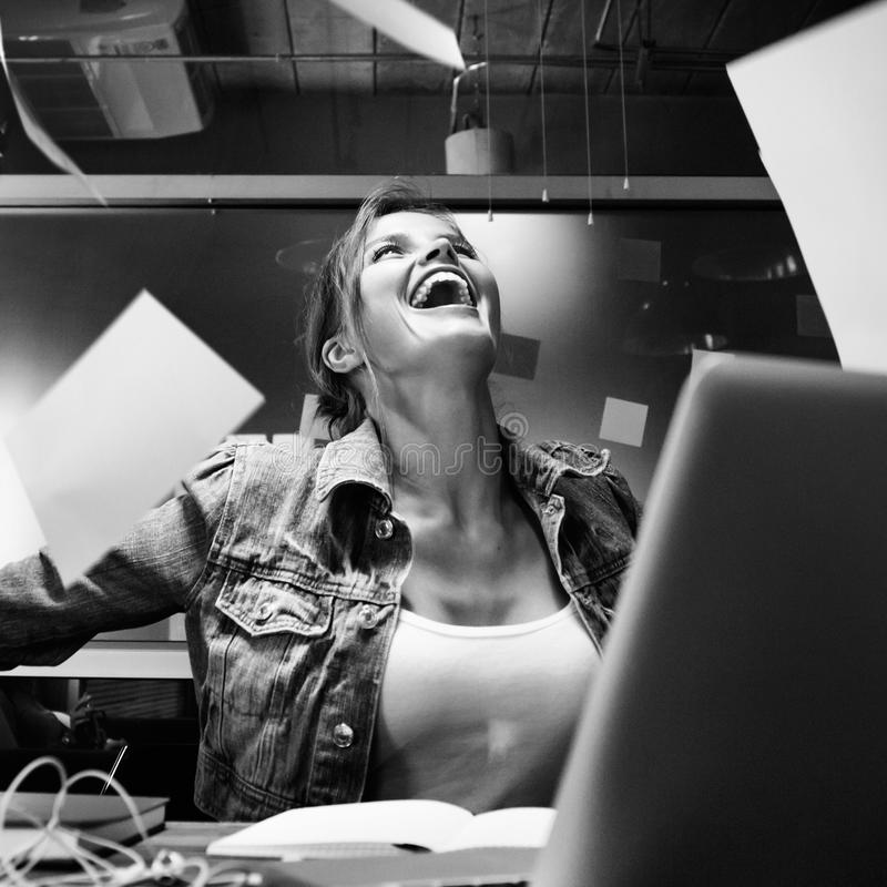 Biznesowa kobieta cieszy się jej pracę fotografia stock