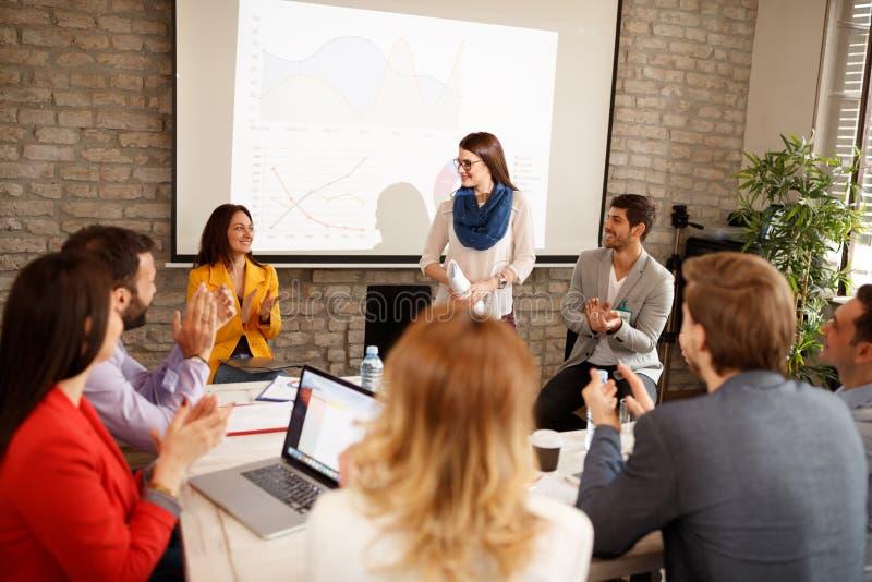 Biznesowa kobieta dostaje aplauz dla jej mowy na konwersatorium obraz stock