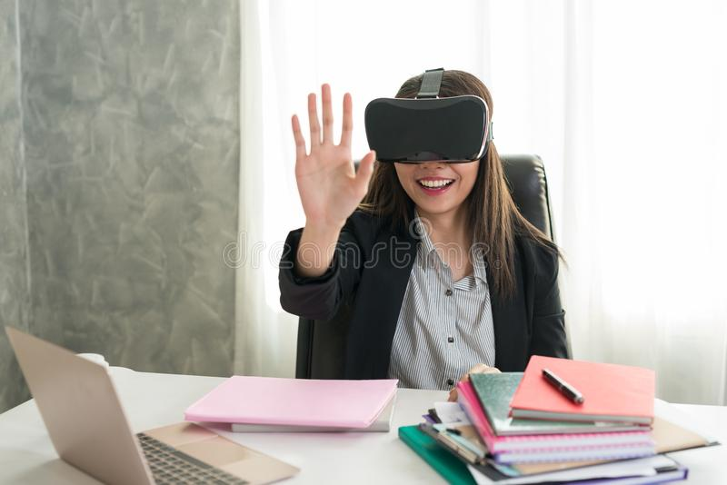 Biznesowa kobieta Dotyka coś przy stołem z vr szkłami ja obraz stock
