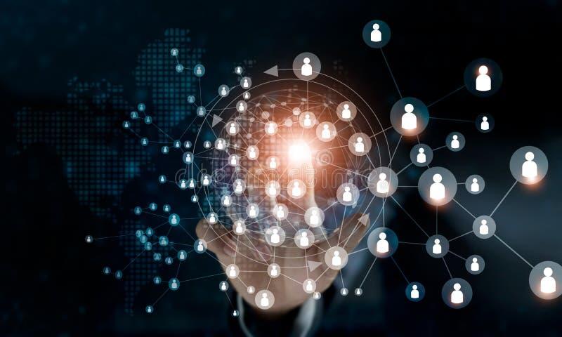 Biznesowa kobieta dotyka globalną struktury sieci dane wymianę zdjęcie royalty free