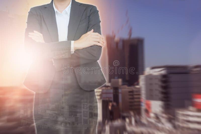 Biznesowa kobieta jest ubranym kostiumy na budynku abstrakta tle zdjęcia royalty free