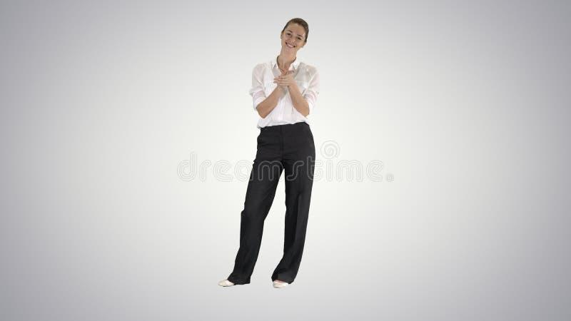 Biznesowa kobieta klascze na gradientowym tle zdjęcia royalty free