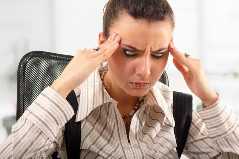 Biznesowa kobieta męcząca deprymującą w biurze obraz stock