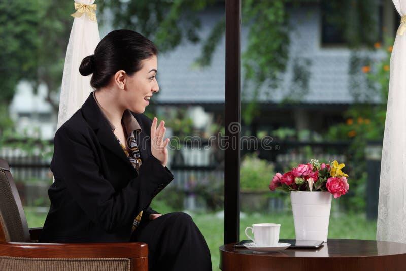 Biznesowa kobieta macha jej rękę fotografia royalty free