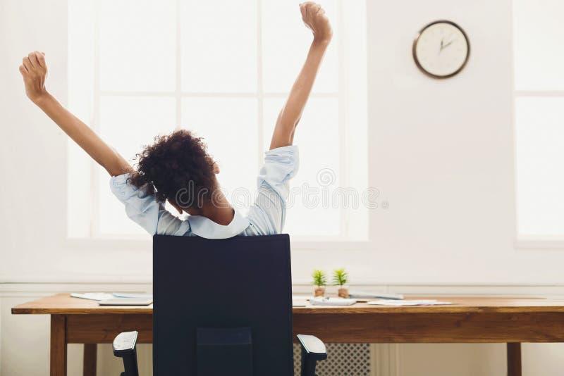 Biznesowa kobieta odpoczywa w biurze, tylny widok zdjęcie stock
