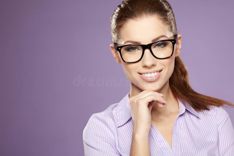 Biznesowa kobieta ono uśmiecha się nad błękitnym tłem fotografia royalty free