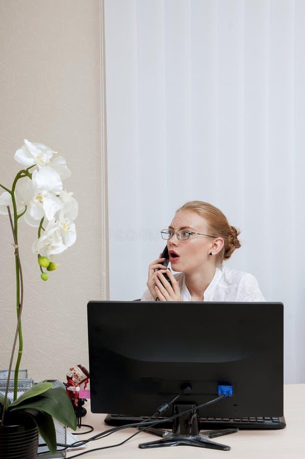 Biznesowa kobieta opowiada na phon zdjęcie stock