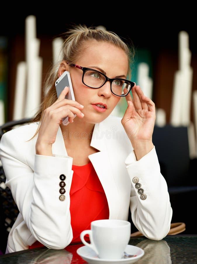 Biznesowa kobieta outside na przerwie fotografia stock