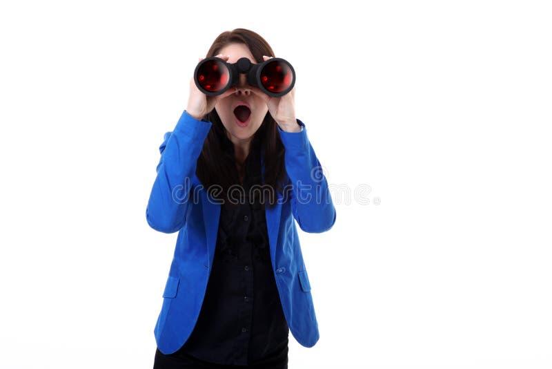 Biznesowa kobieta patrzeje przez lornetek fotografia royalty free