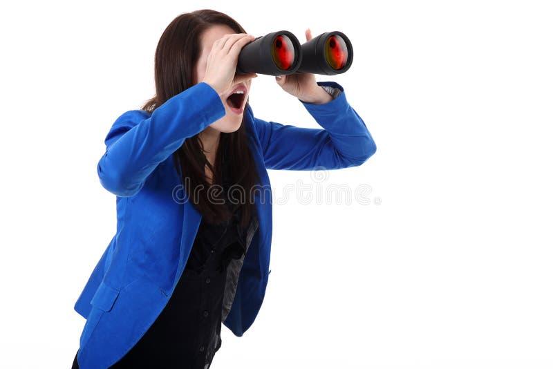 Biznesowa kobieta patrzeje przez lornetek zdjęcie royalty free
