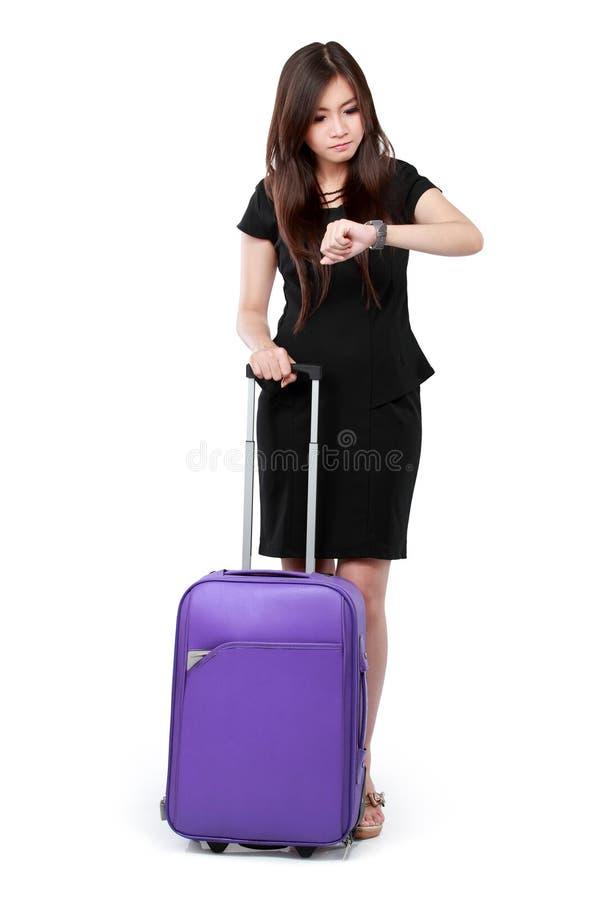 Biznesowa kobieta patrzeje at the time i przygotowywający dla podróży obraz royalty free