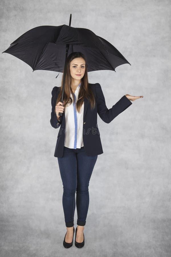 Biznesowa kobieta pod parasolem, kopii przestrzeń nad ręka fotografia royalty free