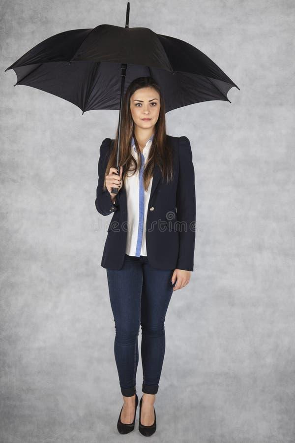 Biznesowa kobieta pod parasolem, pracownik ochrona obrazy royalty free