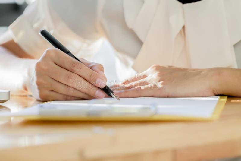 Biznesowa kobieta podpisuje kontraktacyjnego dokument robi transakci obraz stock