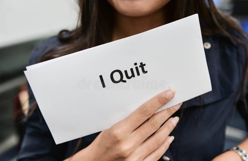 Biznesowa kobieta pokazuje dokument dla rezygnaci zdjęcia stock