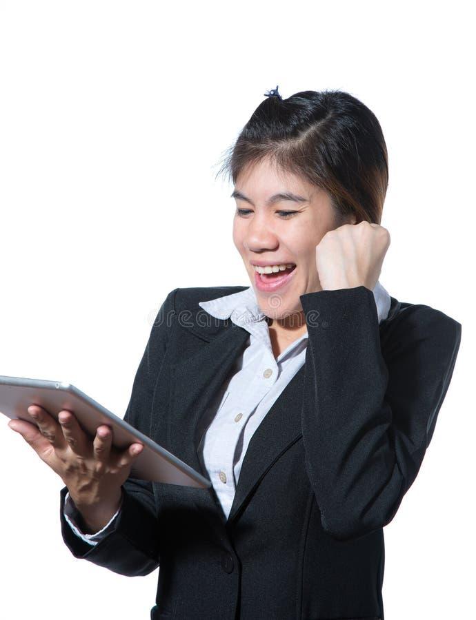 Biznesowa kobieta pokazuje walczącemu ręki mieniu komputerową pastylkę, biznesowy pojęcie sukces fotografia royalty free