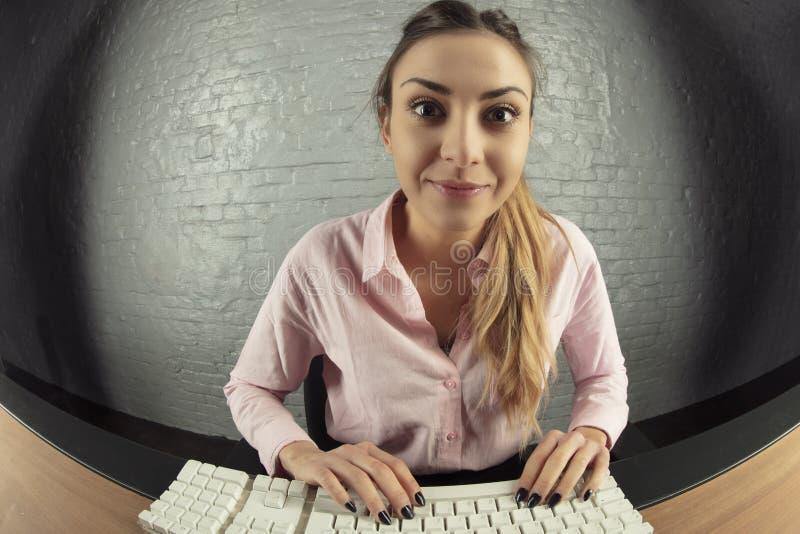 Biznesowa kobieta pracuje na komputerze, zaskakująca twarz zdjęcia stock