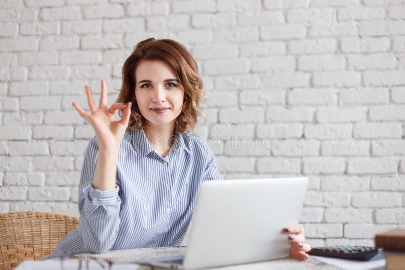 Biznesowa kobieta pracuje na laptopie i wtyka ok obraz stock