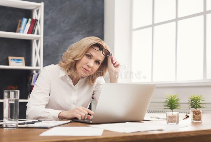 Biznesowa kobieta pracuje na laptopie przy biurowym desktop fotografia royalty free