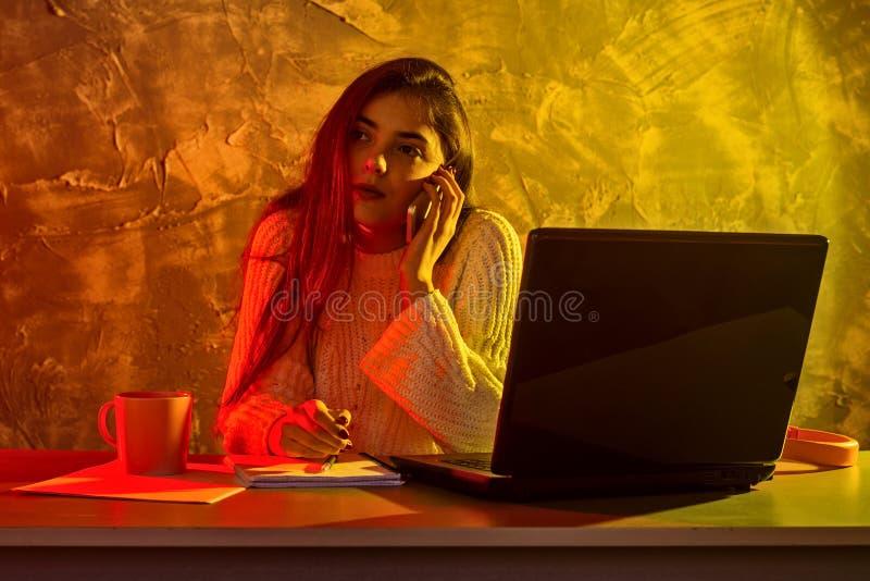 Biznesowa kobieta pracuje na laptopie, stresuj?ca sytuacja zdjęcia stock