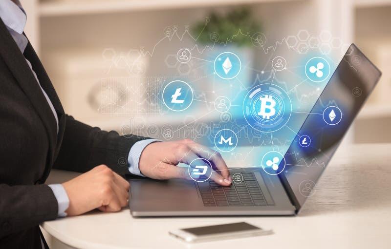 Biznesowa kobieta pracuje na laptopie z bitcoin połączenia siecią i onlinym pojęciem zdjęcie royalty free