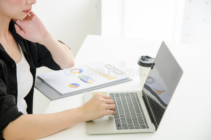 Biznesowa kobieta pracuje na laptopie z kawą i dokumentem w domu obrazy stock